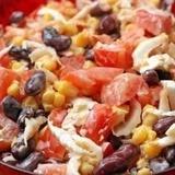 Ķīnas kāpostu salāti ar tomātiem, kukurūzu un pupiņām