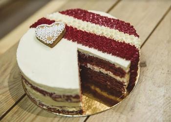 Sarkanbaltā kūkas recepte svētku galdam