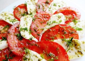 """Mozzarella ar tomātiem un """"Pesto"""" mērci"""