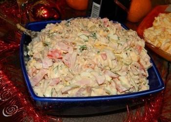 Vārītas vistas gaļas salāti ar šķiņķi, dārzeņiem un sieru
