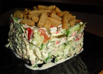 Krabju nūjiņu salāti ar gurķiem un grauzdiņiem