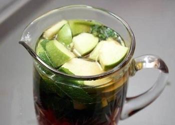 Aukstā tēja ar piparmētrām un āboliem