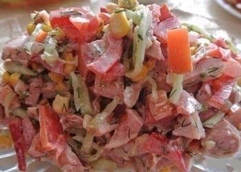 Kūpinātas vistas gaļas salāti ar svaigiem gurķiem, tomātiem un papriku