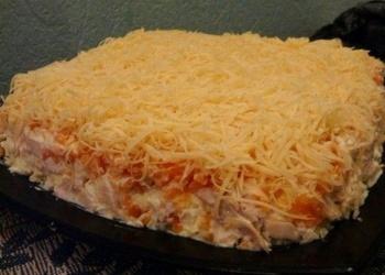 Kūpinātas vistas gaļas salāti ar dārzeņiem un sieru