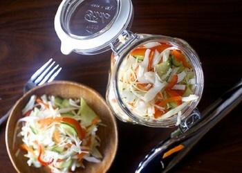 Skābētu kāpostu un ķirbju salāti