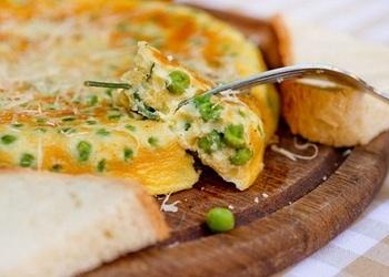 Omlete ar zaļajiem zirnīšiem un saldo krējumu