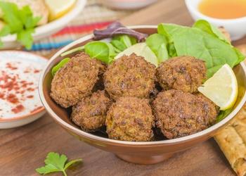 Vīnogu salāti arī grilētām tītara gaļas koftām