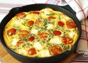 Omlete ar tomātiem, sieru un sēnēm