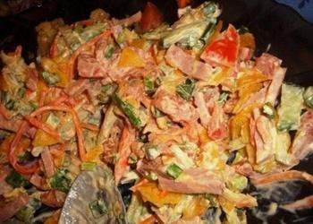 Konservētu pupiņu, kūpinātas desas salāti