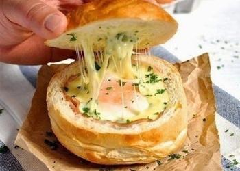 Гоpячие булочки с яйцом, сыpом и ветчиной на завтpак