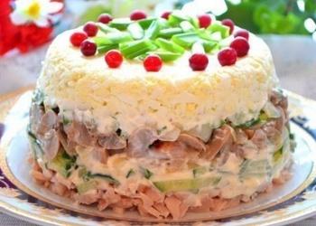 Kūpinātas vistas gaļas salāti ar olām un sēnēm