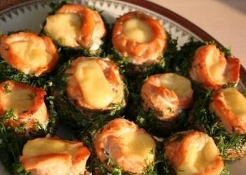 Krāsnī cepti šampinjoni ar zivi un sieru