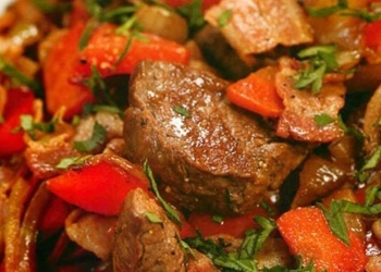 Sautēta liellopu gaļa sarkano jāņogu sulā