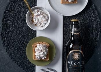 Tumšā alus un kartupeļu maize ar sālītām sēnēm un skābo krējumu