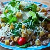 Vistas gaļas salāti ar grauzdiņiem, lapu salātiem un sieru