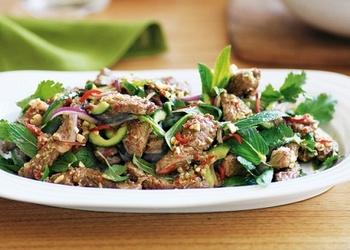 Salāti ar liellopa gaļu taizemiešu gaumē