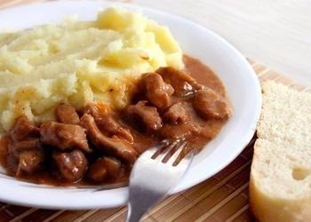 Gulašs ar mērci un kartupeļu biezputru, kā bērnībā