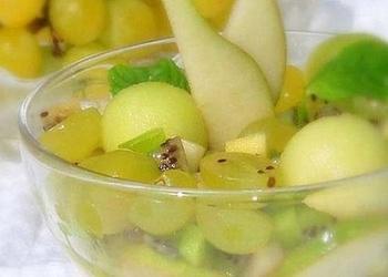 Bumbieru salāti ar vīnogām un riekstiem