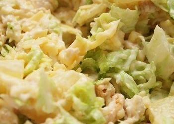Ķīnas kāpostu salāti ar vistu un konservētiem ananāsiem