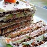 Бутeрбродный торт с копчeным лососeм и мягким сыром