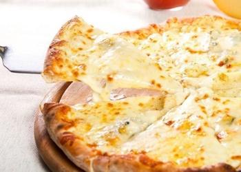 Aromātiska biezpiena un siera pica