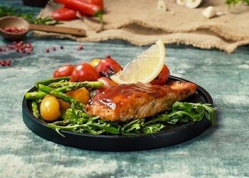 BBQ lasis garšaugos ar grilētu tomātu salātiem - VIDEO RECEPTE