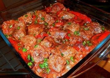 Krāsnī cepti kāpostu tīteņi, tomātu-skābā krējuma mērcē
