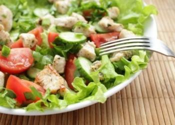 Mazkaloriju dārzeņu salāti ar vistas gaļu