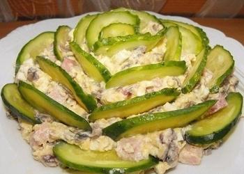 Šķiņķa salāti ar šampinjoniem, olām un sieru