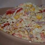 Svaigu kāpostu salāti ar krabju nūjiņām, papriku un kūpinātu desu