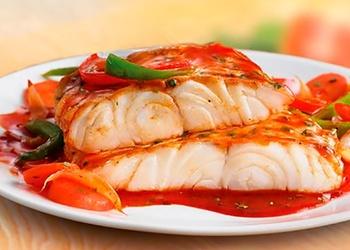 Бeлая рыба с соусом и овощами