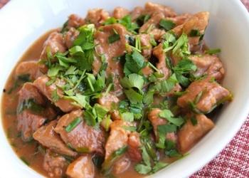 Vārīta sivēna gaļa ar garšsaknēm