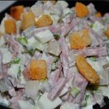 Šķiņķa salāti ar grauzdiņiem un sēnēm