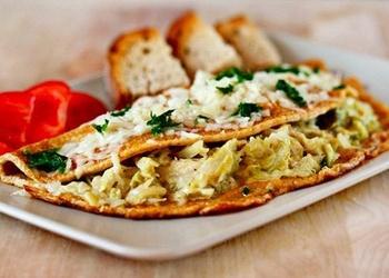 Omlete ar kāpostu un siera pildījumu