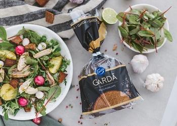 Skandināvu salāti ar rudzu maizes grauzdiņiem sātīgām vakariņām