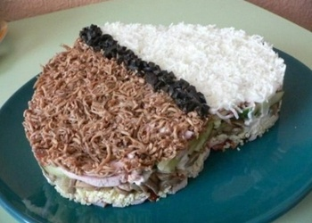 Kūpinātas vistas gaļas salāti ar šampinjoniem un žāvētām plūmēm