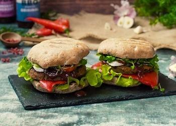 Veģetārais burgers ar kvinojas, melno pupiņu un burkānu plācenīšiem