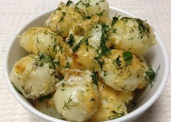 Jaunie kartupeļi skābā krējuma mērcē