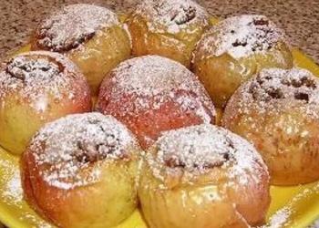 Pildīti āboli ar lazdu riekstiem un marcipānu