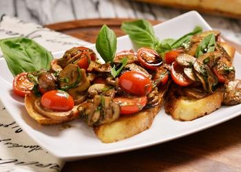 Grauzdēta maize ar šampinjoniem itāļu gaumē