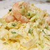 Ķīnas kāpostu salāti ar garnelēm un sieru