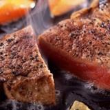 Krāsnī cepta gaļa ar tomātiem un sēnēm