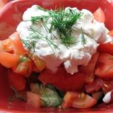 Салат из свежих томатов со сметаной