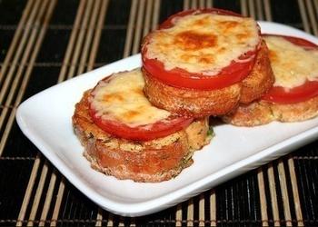 Karstmaizes ar tomātiem un sieru