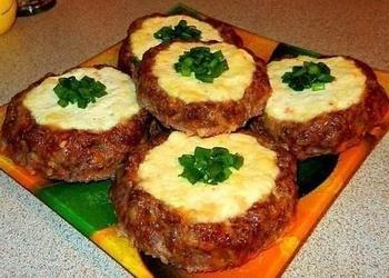 Gaļas biezpiena plāceņi ar sieru