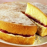 Biskvīta kūka ar aveņu ievārījumu