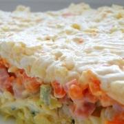 Kārtainie marinētu šampinjonu salāti