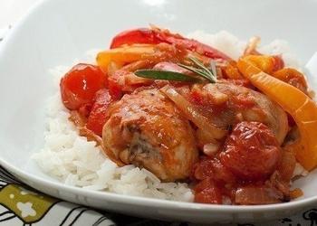 Krāsnī cepta vistas gaļa ar tomātiem un papriku