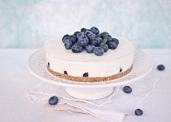 Melleņu jogurta kūka ar ogu mērci