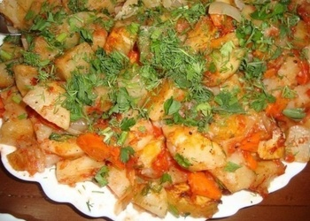 Krāsnī cepti kartupeļi ar sīpoliem un burkāniem